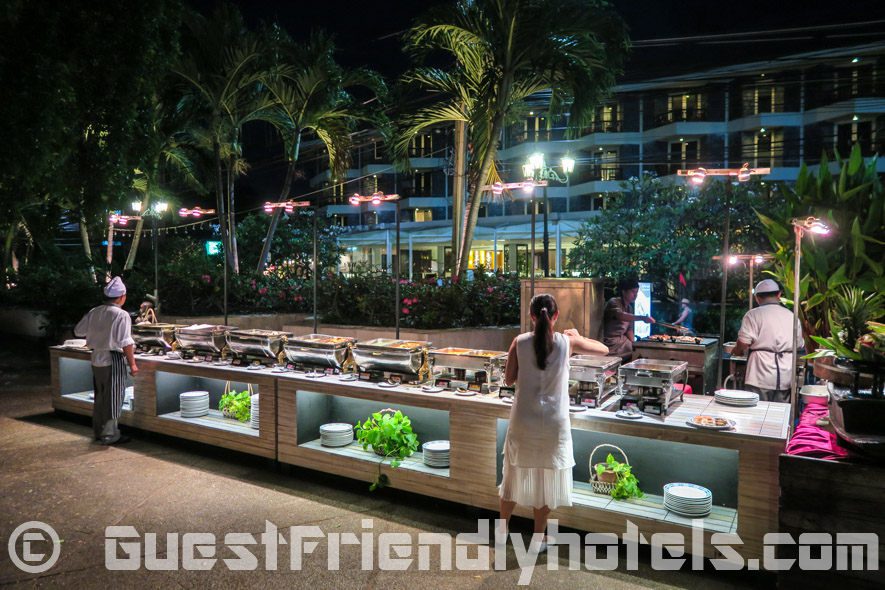 Another dining option is offered in the form f a buffet dinner right at the beachfront oppsite of the Siam Bayshore Resort
