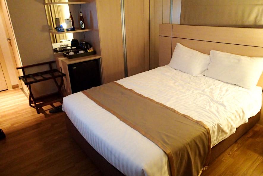 Decent quality Bed inside cheapest room at Petals Inn hotel Bangkok