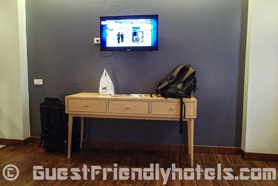 Flipper Lodge Pattaya flatscreem TV on wall