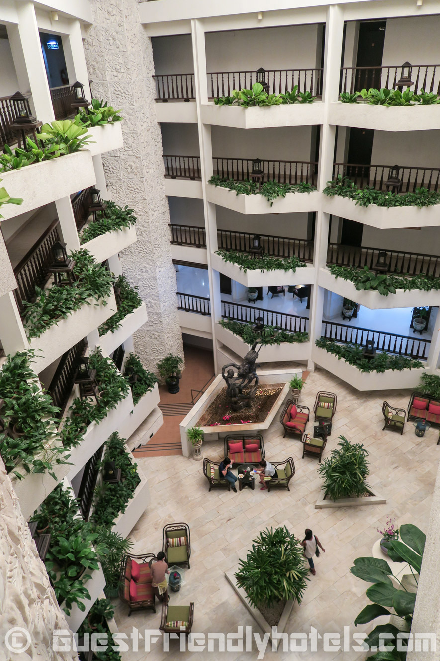 The elegant interior and gardens af the Siam Bayshore Resort and Spa