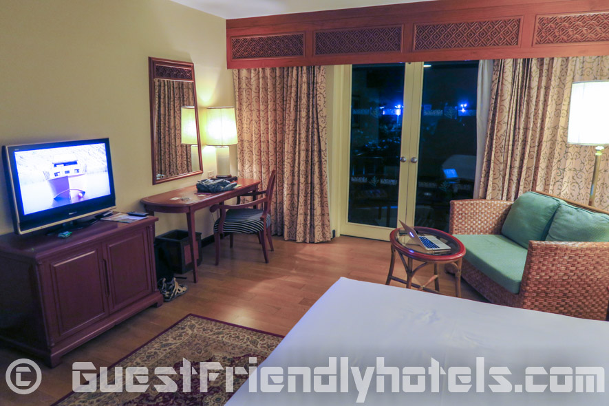 The furniture and amenities found in the Executive Deluxe room at the Siam Bayshore Resort
