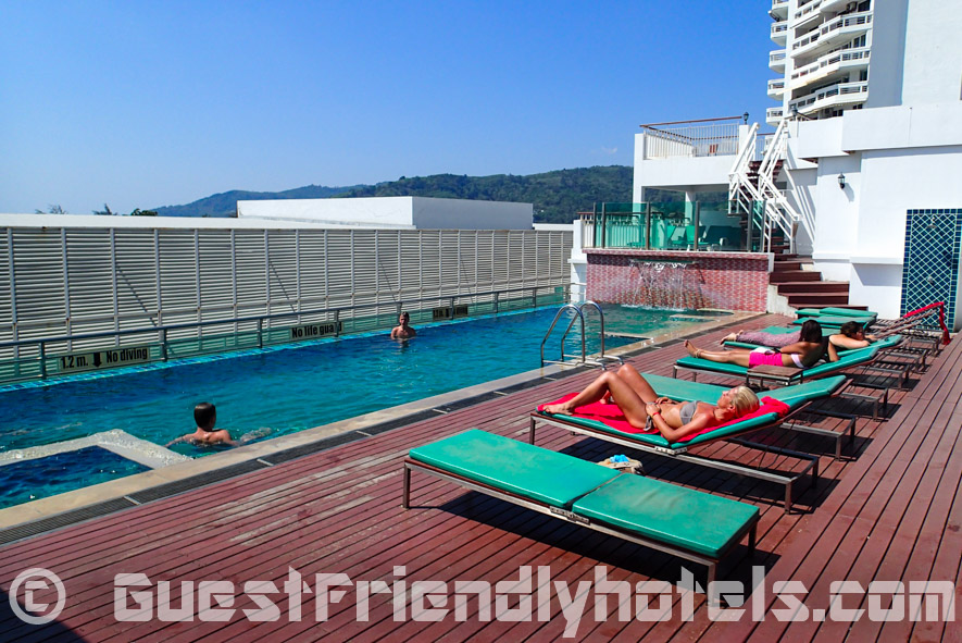 You can find a pool and sun loungers on the rooftop of the Aspery Hotel